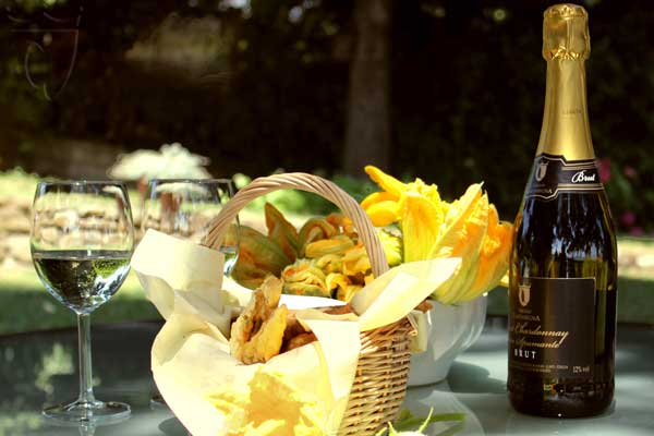 Aperitivo con fiori di zucchino fritti in  pastella