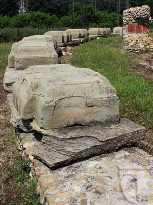 Resti dell'ambulacro del teatro romano di Libarna