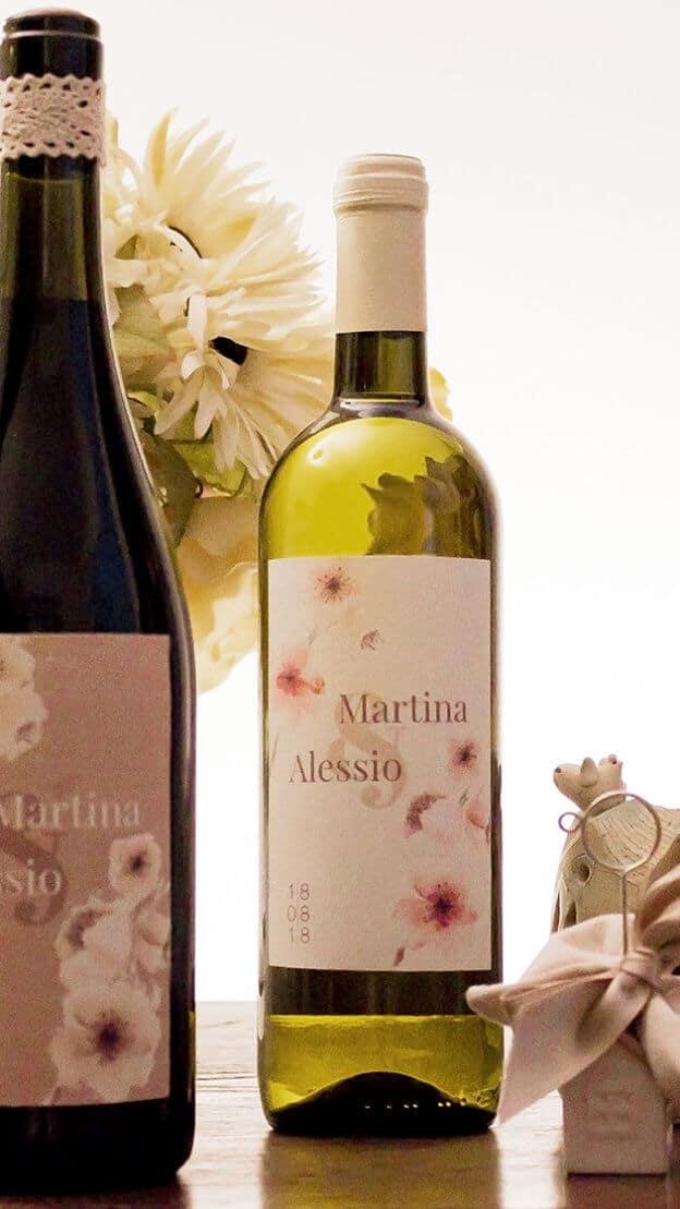 Martina e Alessio - Matrimonio tema vino: bomboniere e bottiglie al tavolo